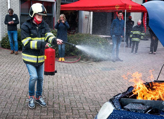 Bij de lancering van de nieuwe website Steffie over brandveiligheid mogen deelnemers met een verstandelijke beperking zelf brandjes blussen, zoals hier Berry.