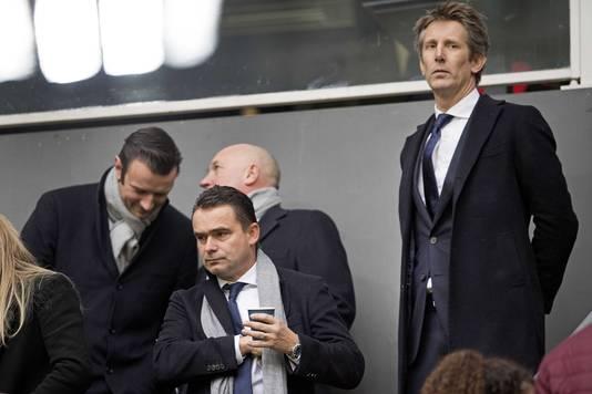 Technisch directeur Marc Overmars (midden) deed op financieel vlak uitstekende zaken voor Ajax.