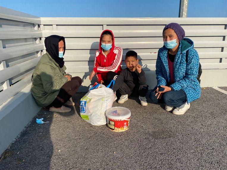 het gezin Qurbani uit Afghanistan: moeder Chamangol (40) en de dochters Nargess (15) en Mohadese (12). Zoon Ehsan (5)  Beeld Thijs Kettenis
