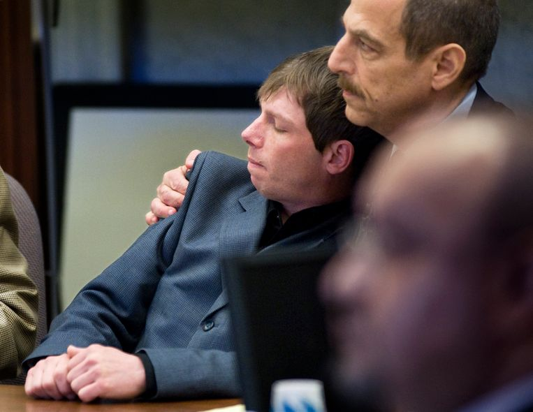 Archieffoto van slachtoffer Kerry Lewis met zijn advocaat Paul Mones in de rechtbank. Beeld AP