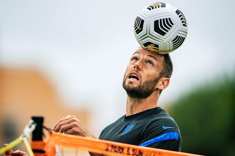 International Stefan de Vrij bij een potje voetvolley tijdens het trainingskamp van Oranje in Portugal.  Beeld Guus Dubbelman / de Volkskrant