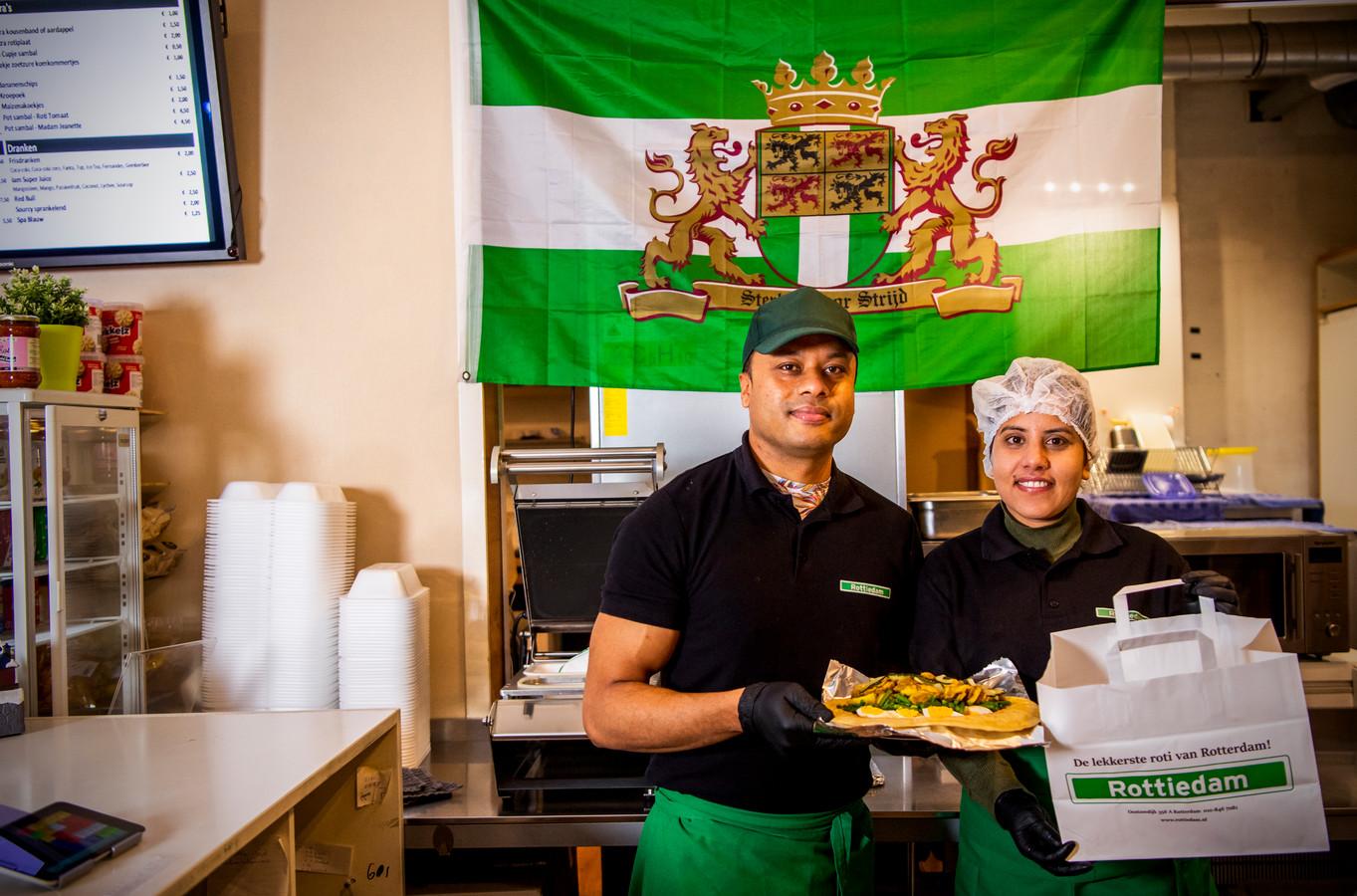 Hoe een kok uit Nepal een Surinaams-Hindoestaans gerecht kan maken, dat is bedacht door een Turkse kok? 'Dat is geen probleem'. De nieuwe eigenaar van Rottiedam, Uttam Kunwar (links), hier op de foto met mede-eigenaar Sanchita Sharma, voelt zich als een vis in het water in zijn nieuwe zaak en vertelt waarom.