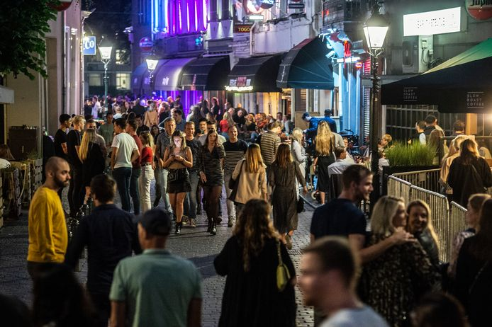 Drukte in de Vismarkstraat op de eerste uitgaansnacht sinds 1,5 jaar.