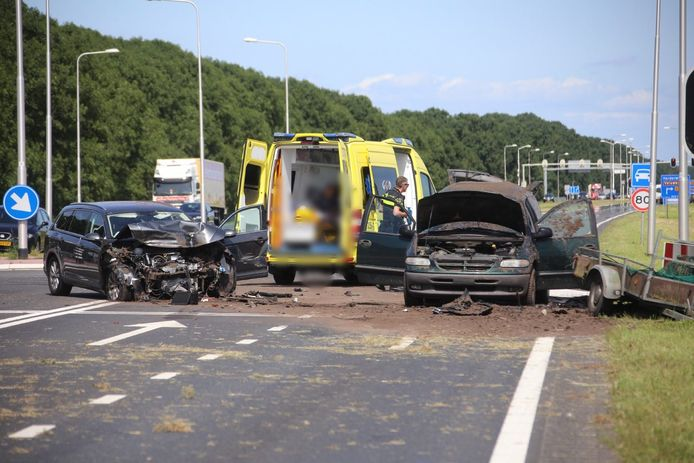 De twee betrokken auto's raakten zwaar beschadigd.
