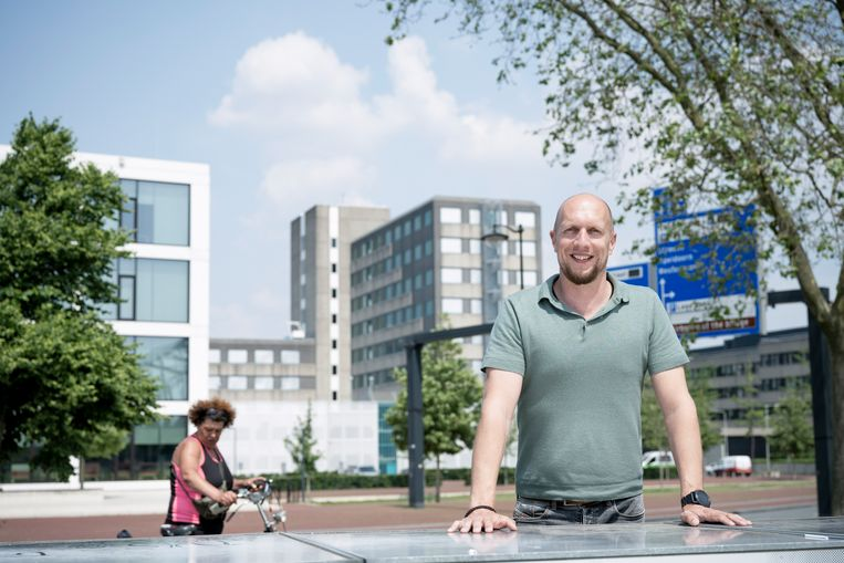 Maik Knuiman, met op de achtergron het Gelderse provinciehuis. Beeld Bram Petraeus
