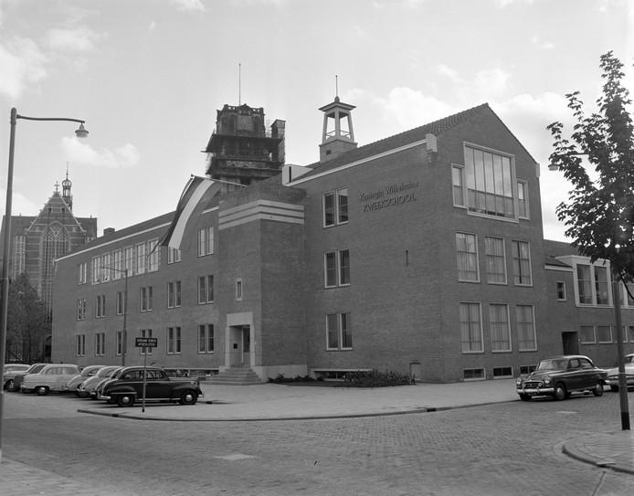 De Koningin Wilhelmina Kweekschool in 1957 aan de Binnenrotte naast de St.Laurenskerk. Foto Ary Groeneveld/ Stadsarchief