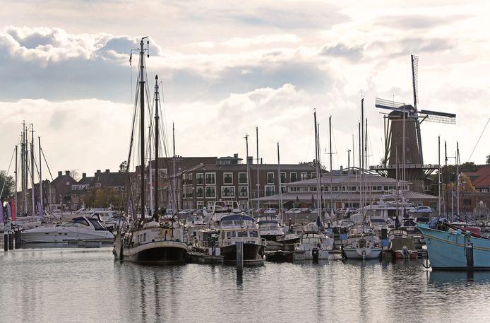 Belangenorganisaties HISWA en Gastvrij Nederland willen dat gemeente Hellevoetsluis niet langer concurreren met commerciële jachthavens.