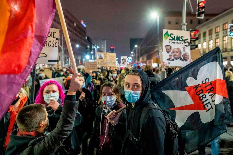 Tienduizenden demonstranten zijn op de been om hun ongenoegen te laten blijk over de strenge abortuswet.  Beeld AFP