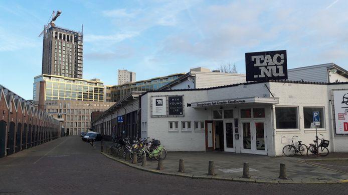Archieffoto  van het TAC-gebouw, de voormalige Philips personeelswinkel, aan de Vonderweg in Eindhoven. HIer is de woontoren Onyx aan de Mathildelaan nog in aanbouw.