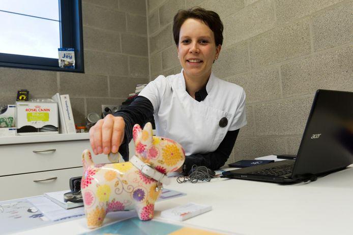 Na elke consultatie steekt dierenarts Greetje Bruninx 1 euro in de spaarpot.