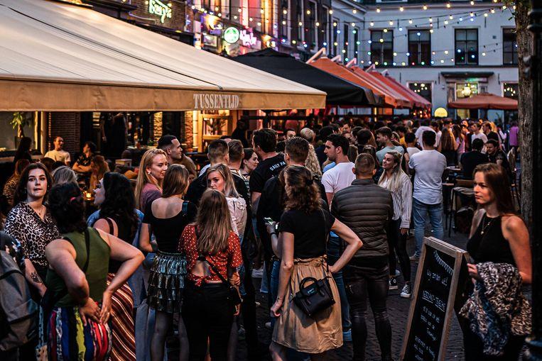 Drukte voor feestcafé 't Pakhuis in Utrecht, eind juni. Sinds de heropening van de nachtclubs is het aantal besmettingen enorm gestegen. Beeld Joris van Gennip