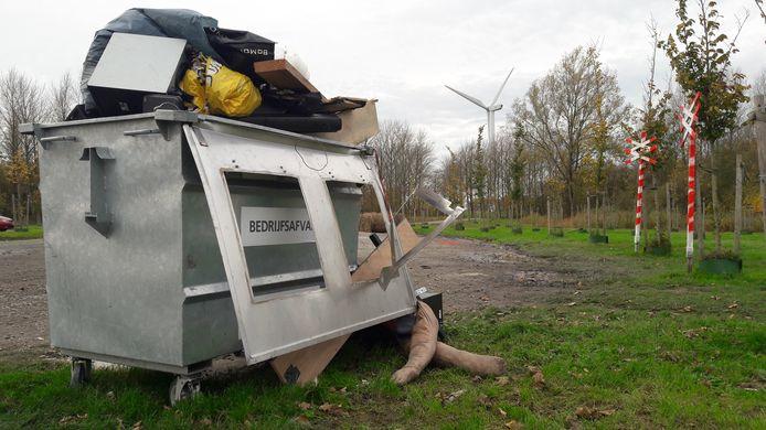 Een dik uur nadat de politie een illegale houseparty met 40 bezoekers stillegde in de polders tussen Woensdrecht en Rilland, resteert er slechts een uitpuilende afvalcontainer.