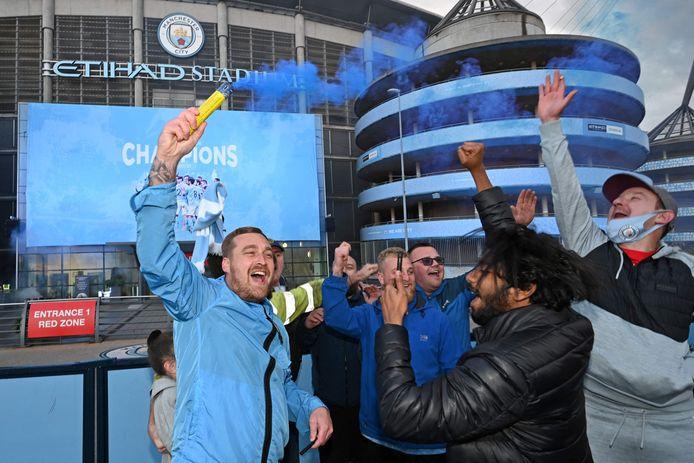 Fans van Manchester City vierden het behalen van de landstitel eerder deze maand noodgedwongen buiten het stadion.