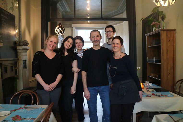 Zaakvoerders Merel, Wim en Karen, met medewerkers Sarah, Hanne en Arthur.