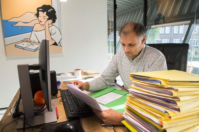 Notaris Frits von Seydlitz heeft nog een berg dossiers liggen van Belgen die snel nog belastingvrij willen schenken.