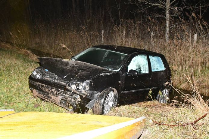 Een automobilist is donderdagavond met zijn Volkswagen in de sloot beland maar kwam met de schrik vrij.