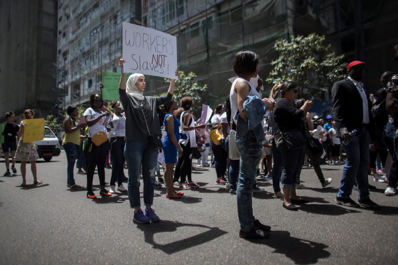 Buitenlandse bedienden en huishoudelijk personeel demonstreren in Beiroet.  Beeld EPA