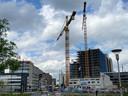 Woningbouw voor woongebouw Next aan het spoor bij Strijp-S in Eindhoven. Daarvoor het kantoorgebouw Bold in aanbouw.