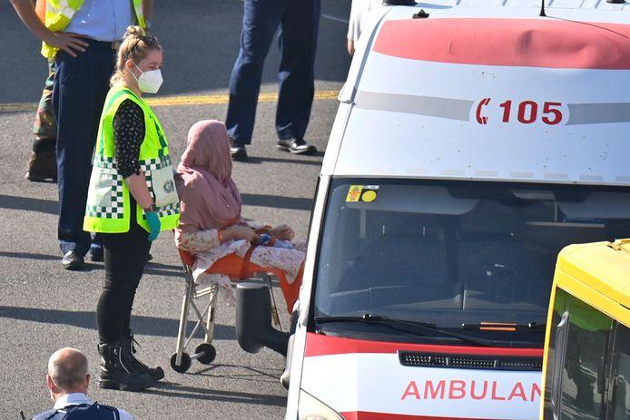 Een vrouw werd vervoerd met een rolstoel en opgevangen door medisch personeel.