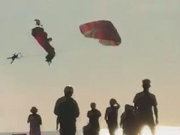 Paragliders botsen tegen elkaar en vallen in de zee