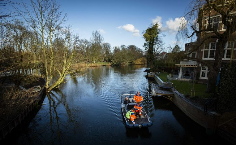 2015-01-04 14:24:13 AMSTERDAM - Medewerkers van stichting Reddingshonden RHWW zoeken in het gezelschap van een speurhond in het Vondelpark per boot naar sporen van de verdwenen toerist Tore Grodem. De 21-jarige Noor die met een vriend naar Amsterdam was gekomen wordt sinds 18 december vorig jaar vermist. ANP BART MAAT Beeld ANP