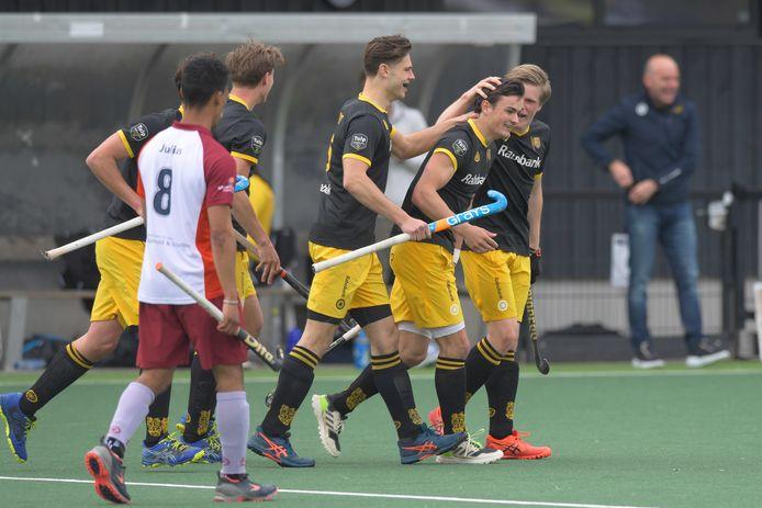 Tijmen Reijenga (HC Den Bosch) wordt gefeliciteerd voor zijn doelpunt