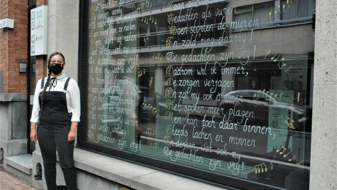 """Fauve Debuysscher (24) schrijft tekst van oud Duits volkslied op raam van het Vrijzinnig Centrum:  """"De gedachten zijn vrij"""""""
