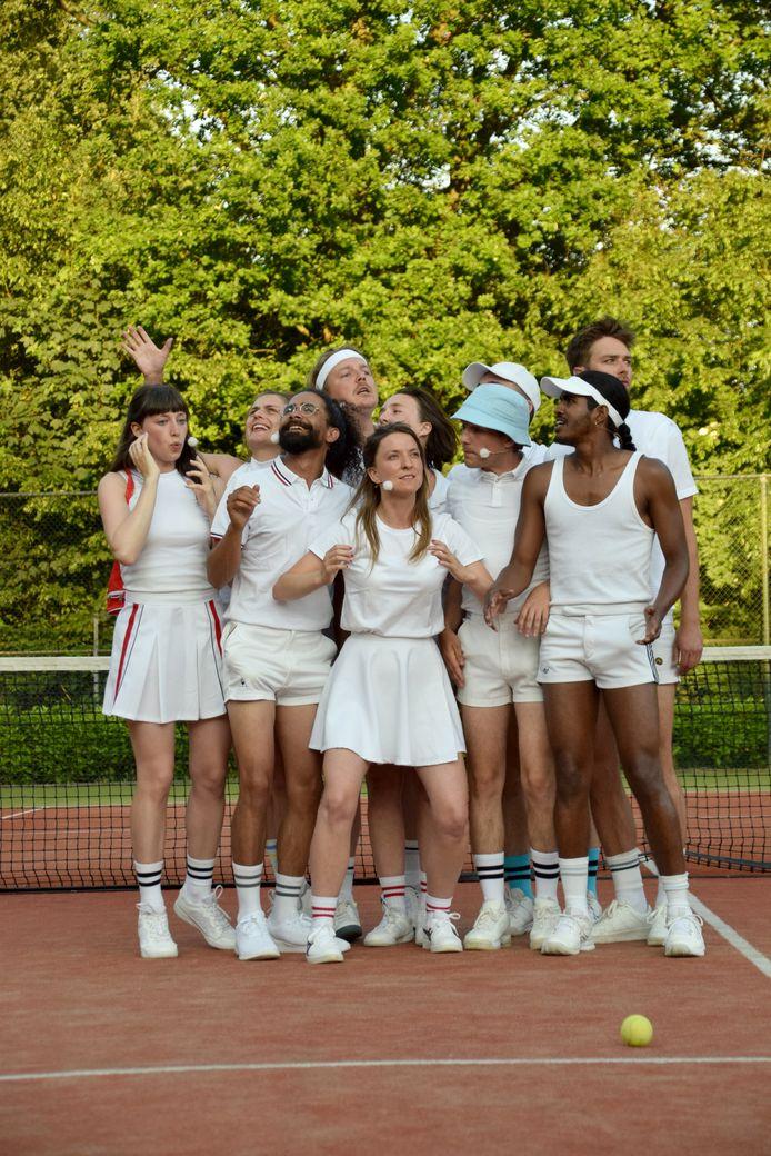 De cast van 'TAL' op de tennisbaan van RTV Quirijn