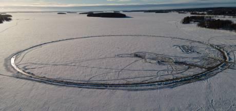 """Des Finlandais tentent de construire le plus grand """"manège de glace"""" du monde"""