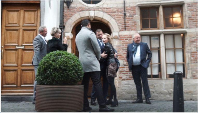 Van der Paal - amper op foto te vinden - verwelkomt Annick De Ridder (N-VA)op zijn feestje in restaurant 't Fornuis.