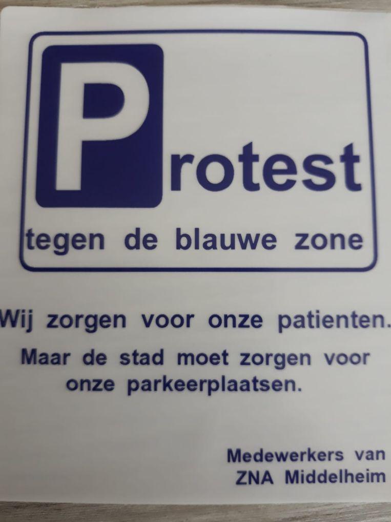 """In het ziekenhuis zijn zelfgemaakte parkeerkaarten rondgedeeld met daarop de boodschap: """"Wij zorgen voor onze patiënten. Maar de stad moet zorgen voor onze parkeerplaatsen."""""""