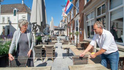 Plaats reserveren, extra betalen voor het terras, op voorhand zeggen hoe lang je blijft: zo gaan de cafés straks open in Nederland