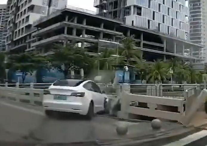 Une Tesla autopilotée termine sa course dans une rivière en Chine.
