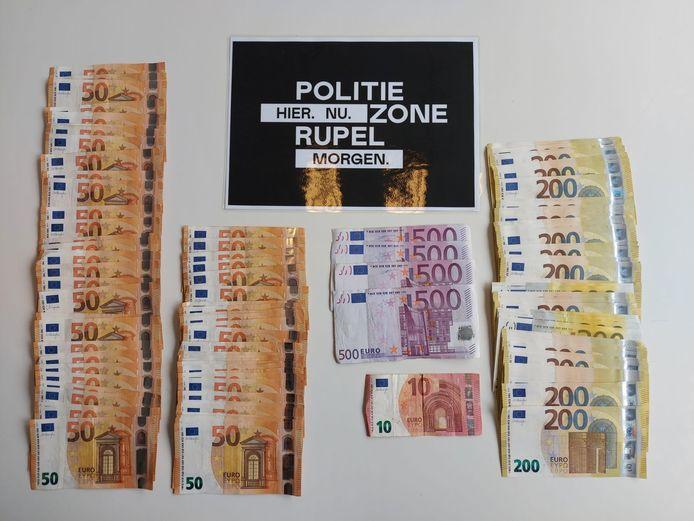 In totaal nam de politie 28.110 euro in beslag van de mannen.
