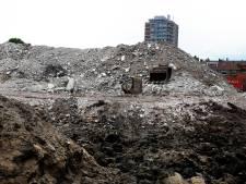 Huizenhoge berg puin in Gorcumse Haarwijk wordt vergruisd