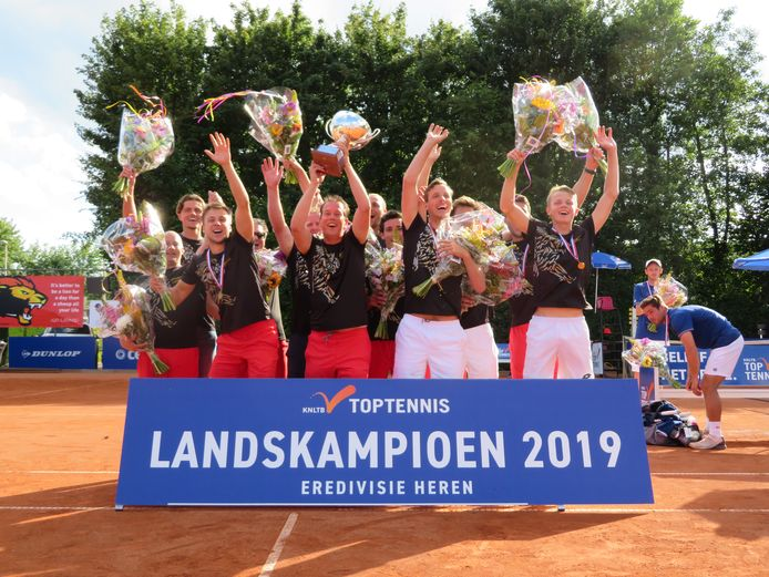De tennissers van Lewabo vieren de titel in 2019.