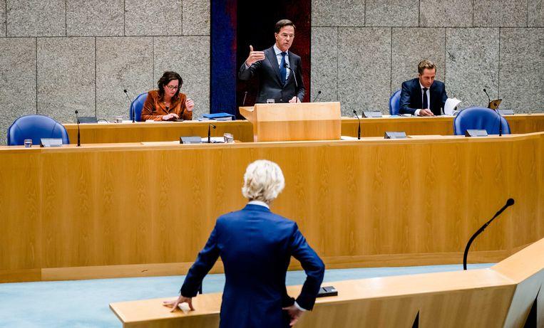 Premier Mark Rutte en Geert Wilders (PVV) tijdens een schorsing van het plenair debat in de Tweede Kamer over de ontwikkelingen rondom het coronavirus. Beeld ANP