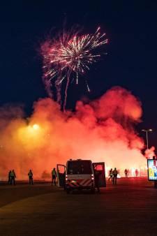 Grote groep fans Vitesse steekt vuurwerk af bij stadion voor halve finale; kat-en-muisspel met politie