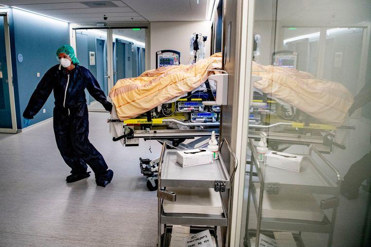 Een verpleegkundige tijdens de eerste golf in het Amphia ziekenhuis in Breda.  Beeld SOPA Images/LightRocket via Gett