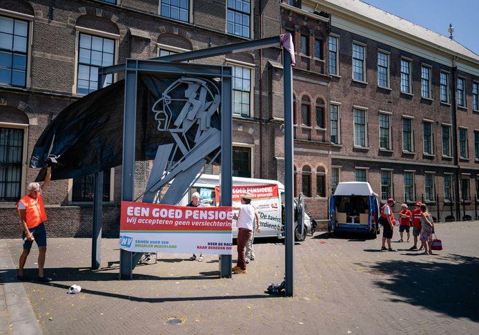 Kaderleden van de FNV voerden vorige week nog actie bij het beeld van Vadertje Drees bij het Binnenhof omdat zij het het niet eens zijn met het nieuwe pensioenstelsel. Tevergeefs: het ledenparlement stemde in met het akkoord dat de FNV-bazen hadden voorgelegd.