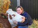 Lisette van der Sande met knuffelkoe Heidi