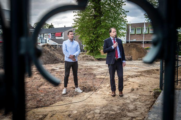 Wethouder Bart Claassen (rechts) in actie samen met Dennis Kerkhof van De Stem van Bakel bij de start van de renovatie van het Wilbertsplein in Bakel.