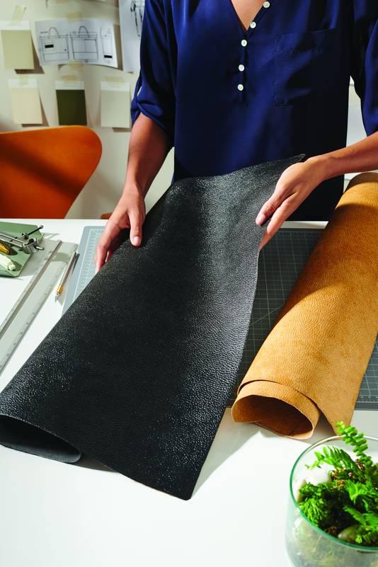Voorbeeld van de van paddenstoelen gemaakte stoffen van Mylo van het Amerikaans bedrijf Bolt Threads dat vanuit Arnhem de Europese markt wil veroveren.