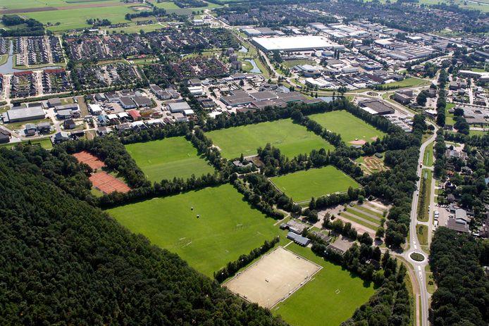 Tot in 2009 werd er nog volop gesport op de grasmatten van sportpark de Rotbrink. Bij de rotonde rechtsonder de voormalige parkeerplaats is als eerste het garagebedrijf van Van Leussen verrezen op wat voortaan het bedrijventerrein de Rotbrink heette.