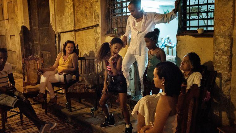 Familiebijeenkomst op de stoep, Havana. Beeld © YURI KOZYREV / NOOR