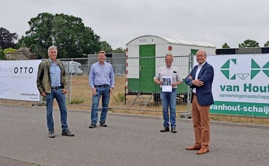 Blije gezichten bij wethouder Vereijken (rechts), Ferry Brands, Mark van der Werf en Dirk-Jan van Hout.