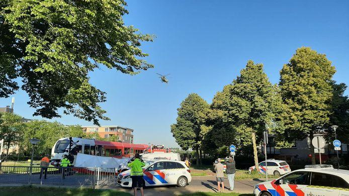 Het slachtoffer van een ongeluk op het spoor vlak voor station Doetinchem De Huet wordt met een traumahelikopter naar het ziekenhuis gebracht.