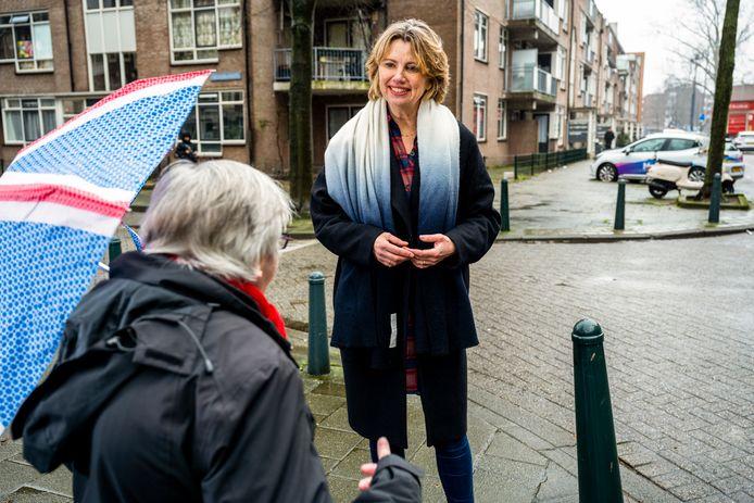 De Rotterdamse wethouder Roos Vermeij (PvdA) eerder dit jaar op wijkbezoek. Ze werkt aan een nieuw bestuursmodel, waarbij bewoners meer te zeggen krijgen over hun eigen wijk.