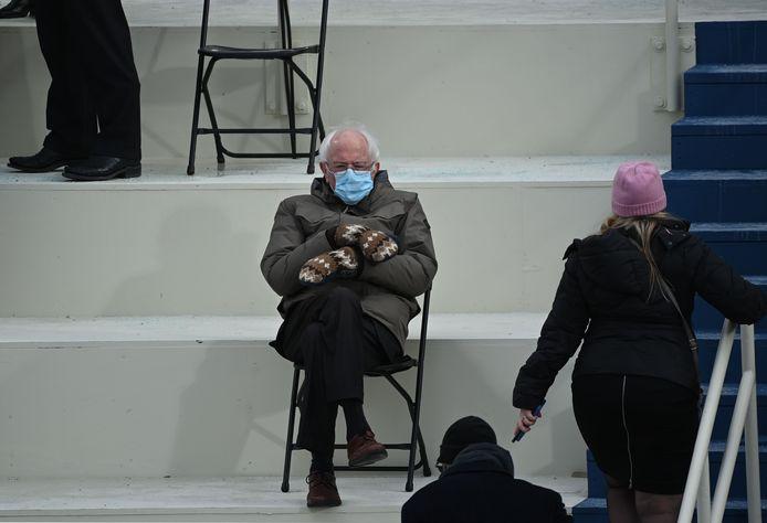 Voormalig presidentskandidaat en senator Bernie Sanders (Vermont) voor de inhuldiging van Joe Biden tot president op de tribune bij het Capitool in Washington.