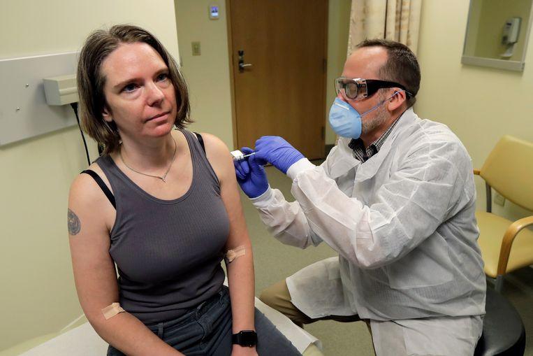 De Amerikaanse Jennifer Haller krijgt het eerste potentiële vaccin tegen het coronavirus ingespoten. Beeld AP